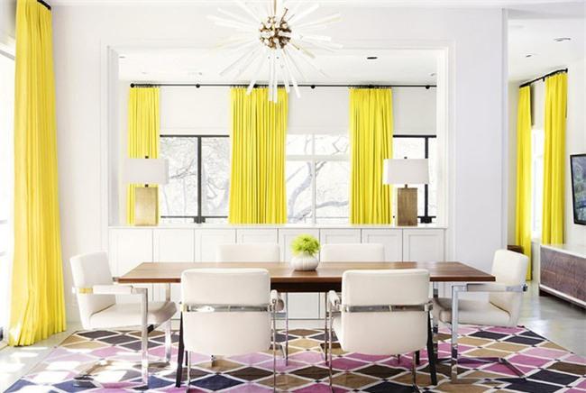 Sự xuất hiện của bộ rèm cửa với sắc vàng tươi rực rỡ đã mang đến điểm nhấn đầy ấn tượng cho căn phòng