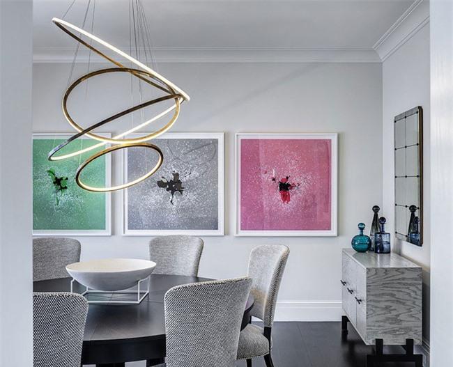Những bức tranh treo tường với những gam màu khác biệt rõ ràng đã giúp cho bức tường đơn điệu của gia đình thu hút hơn
