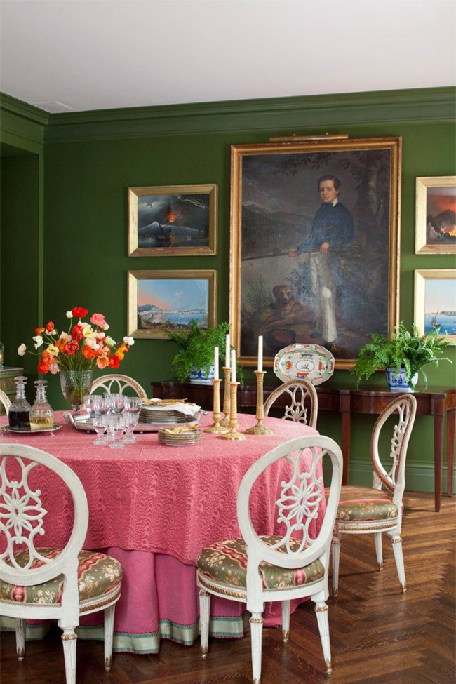 Chỉ lướt qua thôi, bạn cũng dễ dàng nhận thấy tấm khăn trải bàn hồng tươi là tâm điểm của căn phòng ăn gia đình