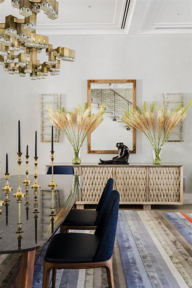Sự tương phản giữa gam màu vàng đồng với xanh lam giúp cho bộ ghế ăn của gia đình ấn tượng hơn nhiều