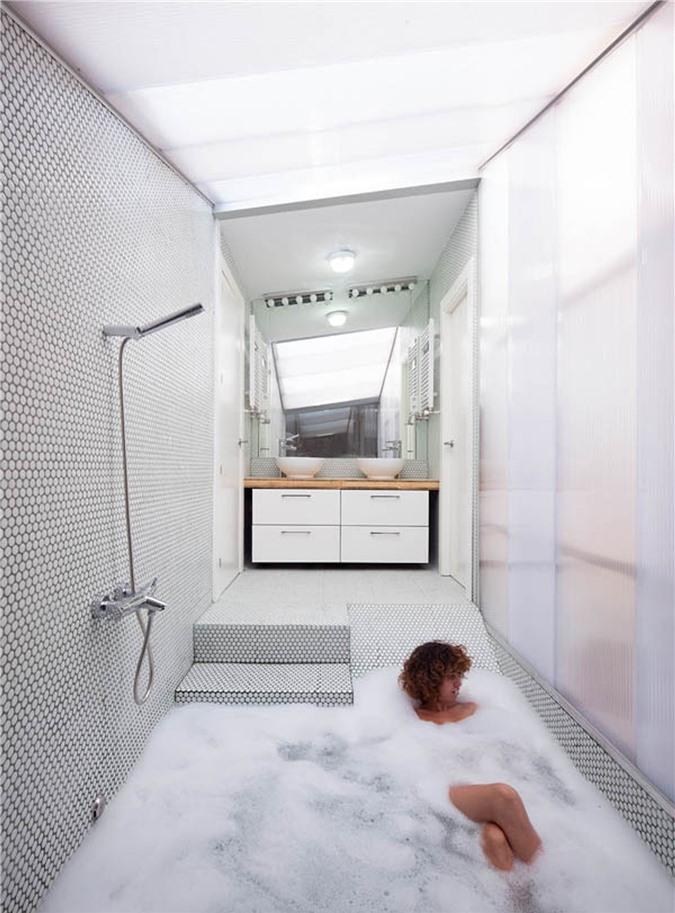 Phòng tắm tối giản với bồn tắm chìm được kết hợp với không gian tắm