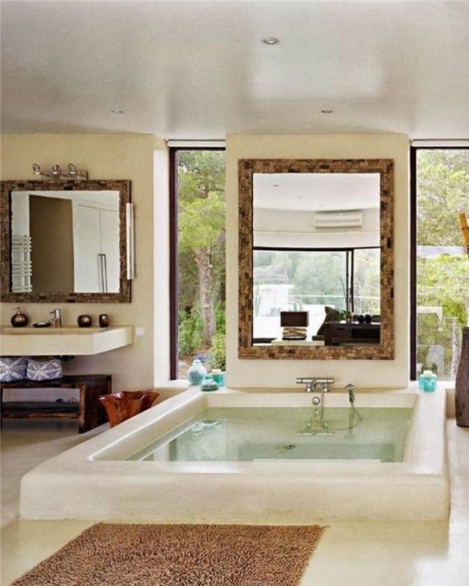 Phòng tắm đầy phong cách với bồn tắm chìm lớn, có cửa sổ dọc để nhìn và cửa sổ lớn giữ sự riêng tư của bạn
