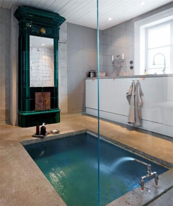 Phòng tắm chiết trung với lò sưởi xanh, bồn tắm chìm trong bê tông cộng với bảng điều khiển màu trắng
