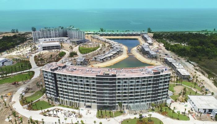 Tòa Condotel hình cánh sóng đang dần hoàn thiện và dự kiến sẽ đi vào hoạt động vào cuối năm nay.