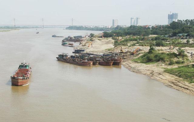 Một điểm tập kết, trung chuyển vật liệu xây dựng ven sông Hồng