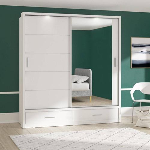 Một chiếc gương gắn vào cửa tủ vừa giúp mở rộng không gian vừa tăng thêm sự sang trọng cho căn nhà.