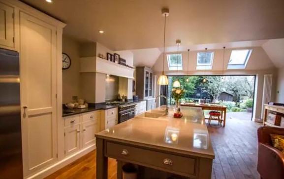 Chỉ cần thay các tay cầm tủ bếp đã cũ bằng loại mới, hiện đại hơn là ngôi nhà đã trở nên khác biệt.