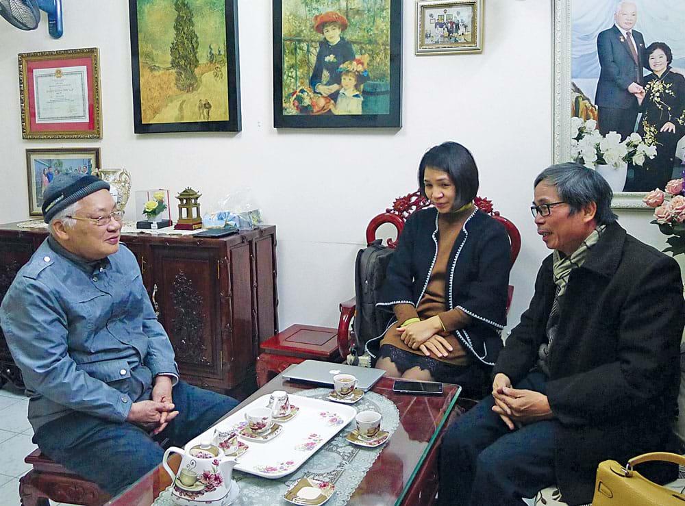 Tác giả - KTS. Trần Huy Ánh (bên phải) trong một dịp trà đàm với TS. Phạm Sĩ Liêm về các vấn đề đô thị tại nhà ông