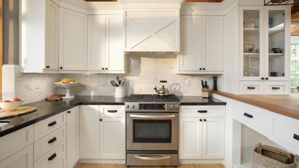 Sau một thời gian nấu nướng, phần tường phía sau bếp rất dễ bám bẩn do dầu ăn bắn lên. Vì vậy, hãy làm sạch bức tường này. Khu bếp sẽ mới hơn mà không tốn quá nhiều chi phí.