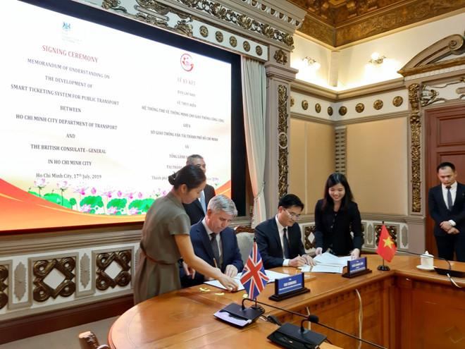 Ông Ian Gibbons, Tổng Lãnh sự quán Vương quốc Anh tại TPHCM (BCG) ký biên bản ghi nhớ với Giám đốc Sở GTVT TPHCM Trần Quang Lâm (phải). Ảnh: Thiên Cầm