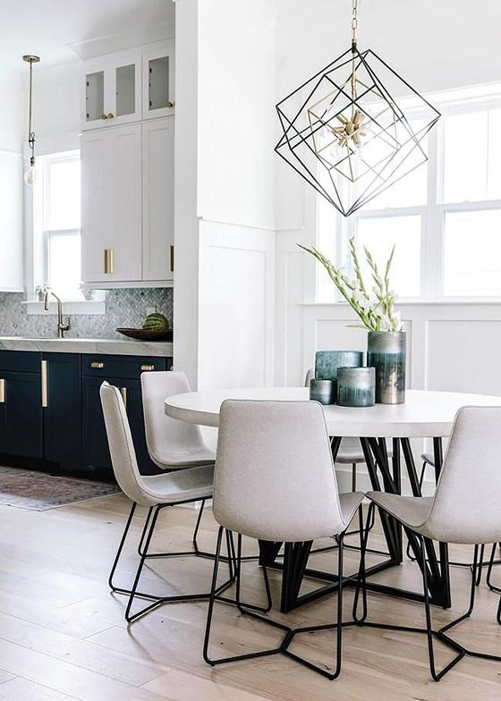 Với phòng bếp nhỏ, ánh sáng tự nhiên sẽ tạo cảm giác không gian rộng rãi hơn