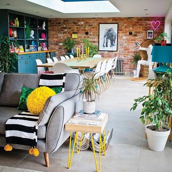 Phối trí nhiều vật dụng và màu sắc tạo không gian vui tươi, sinh động và phá cách