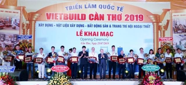 Đại diện Ban tổ chức trao giải cho các gian hàng Trưng bày đẹp và quy mô