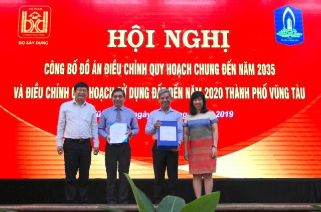 Đại diện Bộ Xây dựng trao Quyết định, tài liệu điều chỉnh quy hoạch cho lãnh đạo tỉnh Bà Rịa-Vũng Tàu và thành phố Vũng Tàu