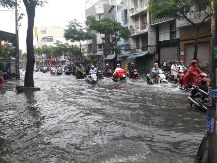 Triều cường gây ngập tại TP.Hồ Chí Minh. (Ảnh:Chi Mai)