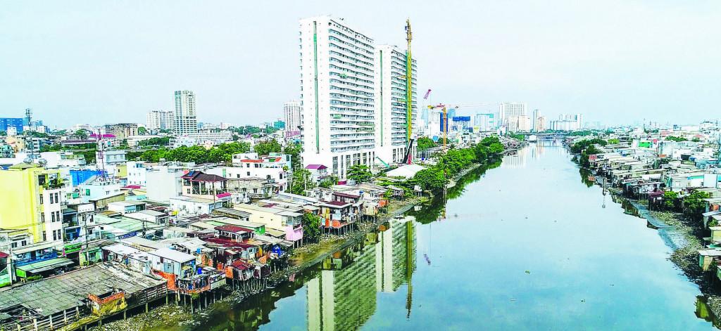 Chỉnh trang kênh Nhiêu Lộc - Thị Nghê kết hợp với việc xóa bỏ những ngôi nhà dốc dọc bờ sông cũng như quản lý các tòa nhà cao tầng xen kẽ