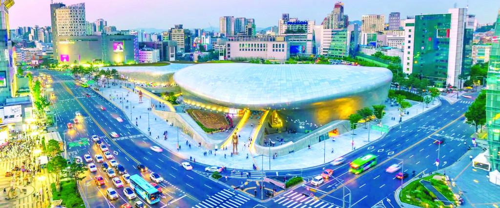 Quảng trường Dongdaemun Design Plaza phục vụ cộng đồng được xây dựng mới trên cơ sở chuyển đổi hợp khối chức năng sử dụng đất