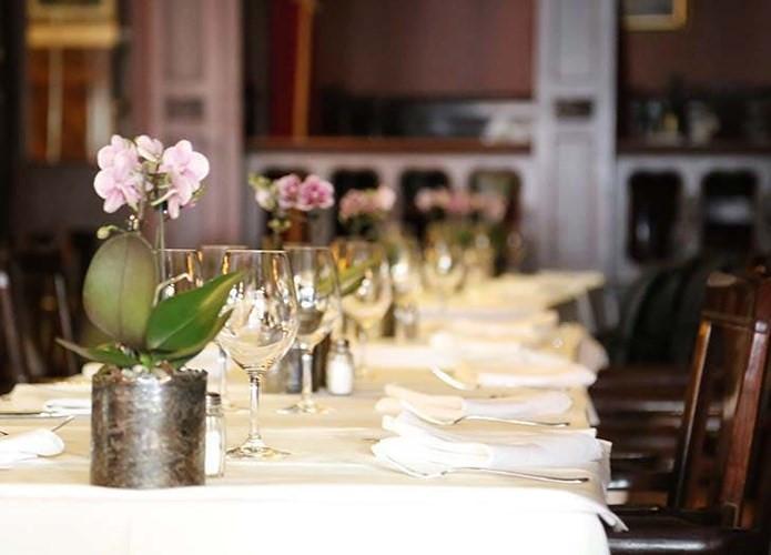Phòng ăn: Cây lan. Một chậu lan trong phòng ăn sẽ có tác dụng khử mùi trong không khí mà không làm ảnh hưởng đến hương liệu thực phẩm.