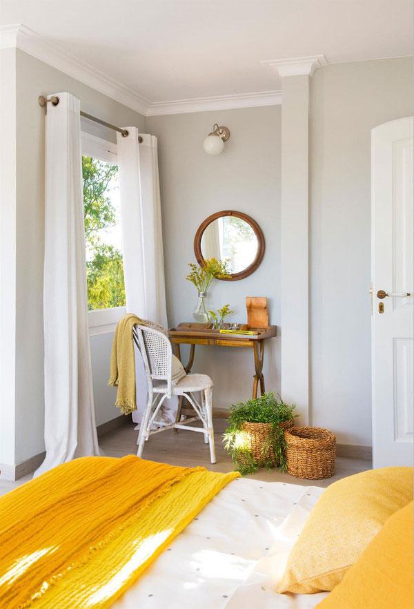 Một phòng ngủ siêu sáng với màu xám là sắc thái chính, màu kem như tông màu phụ và màu vàng làm điểm nhấn