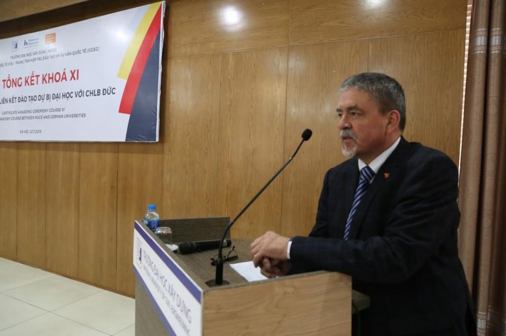 GS.TS  LutzHerfurth - Hiệu trưởng trường Dự bị Đại học Nordhausen phát biểu
