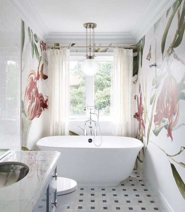 Một thiết kế đèn trang trí hình cầu đặc biệt thích hợp để kết hợp bên trong căn phòng tắm nhỏ của gia đình