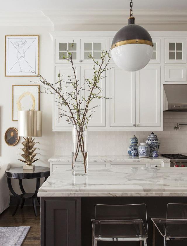 Kiểu đèn vừa mang hơi hướng hiện đại lại đôi chút hoài cổ thường được lựa chọn để trang trí phòng bếp hay bên trong nhà tắm