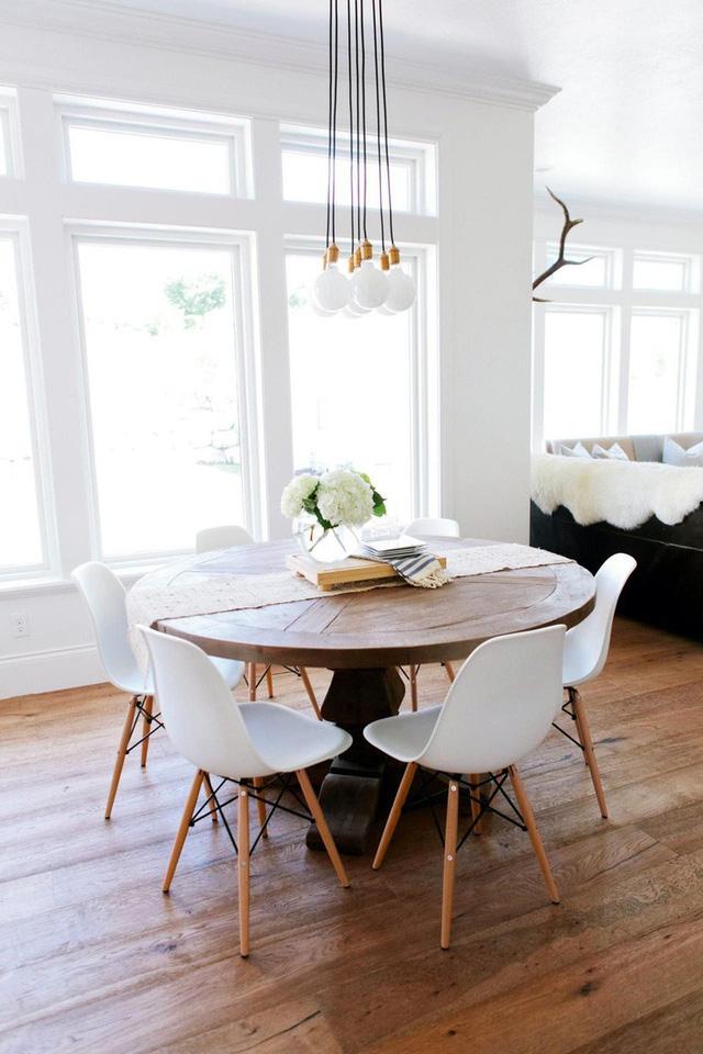 Mẫu đèn hình cầu với thiết kế tạo thành chùm rất thích hợp để trang trí phòng ăn hay phòng khách hiện đại