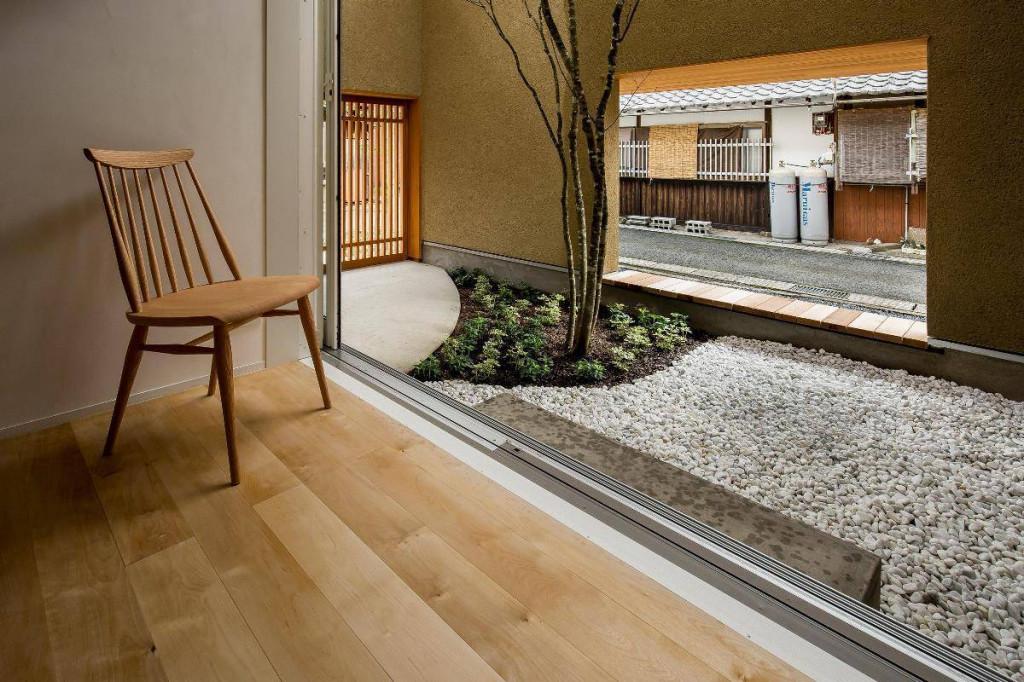 Với những khu vườn nhỏ, gia chủ nên chọn lát gỗ hay sỏi?