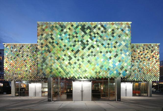 Nhà bằng vật liệu tái chế đa sắc màu do được lấy cảm hứng từ Công trình Yard ở London, Anh.