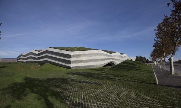 Nhìn một cách hình dung hóa, nhà máy có thiết kế hình dẹt chữ L, phủ phần mái thực vật xanh rờn bắt mắt.