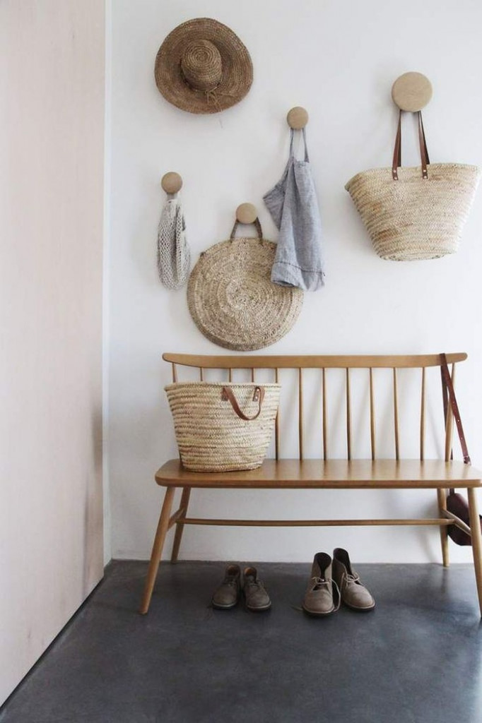 Những chiếc móc gắn tường không chỉ có tác dụng treo đồ đạc như trang phục, túi xách,… mà còn là phụ kiện tuyệt vời giúp trang trí hành lang. Mẫu móc gắn tường bằng gỗ dành cho những ai chuộng sự đơn giản nhưng vẫn tinh tế.