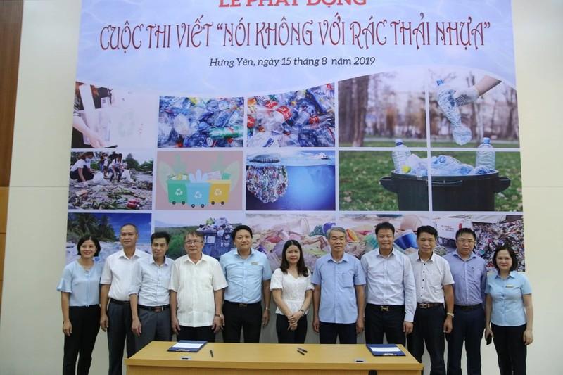 Đại biểu khách mời cùng Ban Tổ chức chương trình