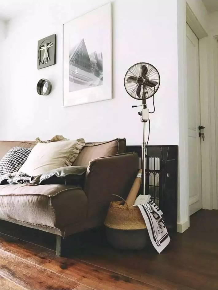 Các bức tranh treo tường màu sắc đơn giản tạo điểm nhấn cho không gian phòng khách
