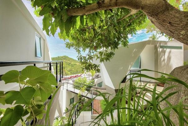 Các tầng nghỉ dưỡng kết nối với nhau qua hệ thống cầu thang kim loại hay bê tông.