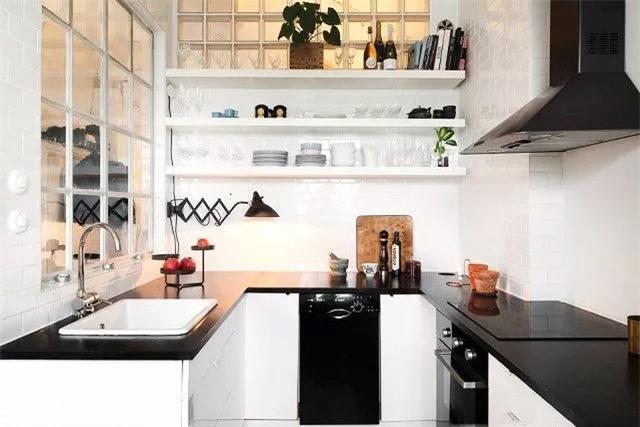 Kiểu dáng đẹp và bảng màu đơn sắc mang đến cho nhà bếp châu Âu vẻ đẹp đơn giản này, nhưng các chi tiết đồ họa, kiến trúc như một chiếc đèn treo tường và cửa sổ paned đưa nó lên một tầm cao mới.
