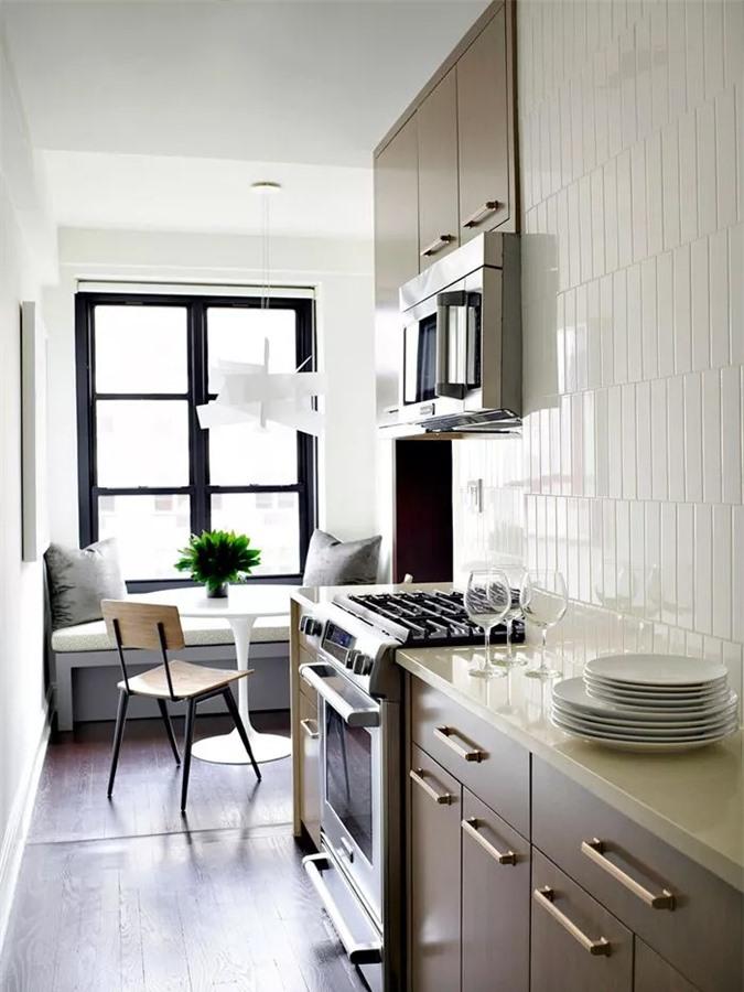 Được trang trí bởi BHDM Design, nhà bếp ở thành phố New York này là một ốc đảo nhỏ. Một chút sơn màu xám, một vật cố trần phong cách trong góc ăn sáng, một không gian lưu trữ dọc thông minh, đã mang đến cho nhà bếp bếp nhỏ này một hình thù mới siêu tinh tế.