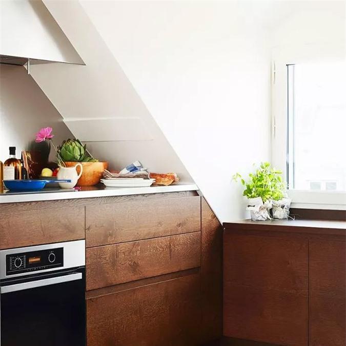 Được thiết kế bởi công ty kiến trúc A + B Kasha của Pháp, nhà bếp nhỏ trong một tòa nhà cũ của Paris trông giống như ban đầu là một tủ quần áo, nhưng các nhà thiết kế đã lắp đặt tủ chén bằng gỗ không có tay cầm và một chiếc máy hút mùi cổ điển để đưa nó vào thế kỷ 21.