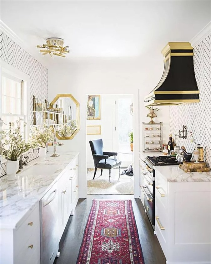 Các phụ kiện đồng quê sạch sẽ mang đến cho nhà bếp nhỏ gọn này một sự rung cảm đậm chất chiết trung với nền tảng là ngói tàu điện ngầm, quầy đá granit và bảng đính cườm trắng.