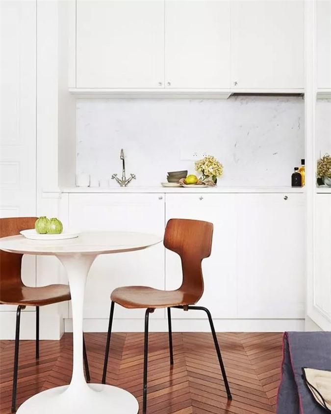 Trong nhà bếp hiện đại màu trắng sáng này, nhà thiết kế đã sử dụng các đường kẻ sạch sẽ, bảng màu sáng và kiểu dáng đơn giản, tối giản để tạo cảm giác thoáng mát.