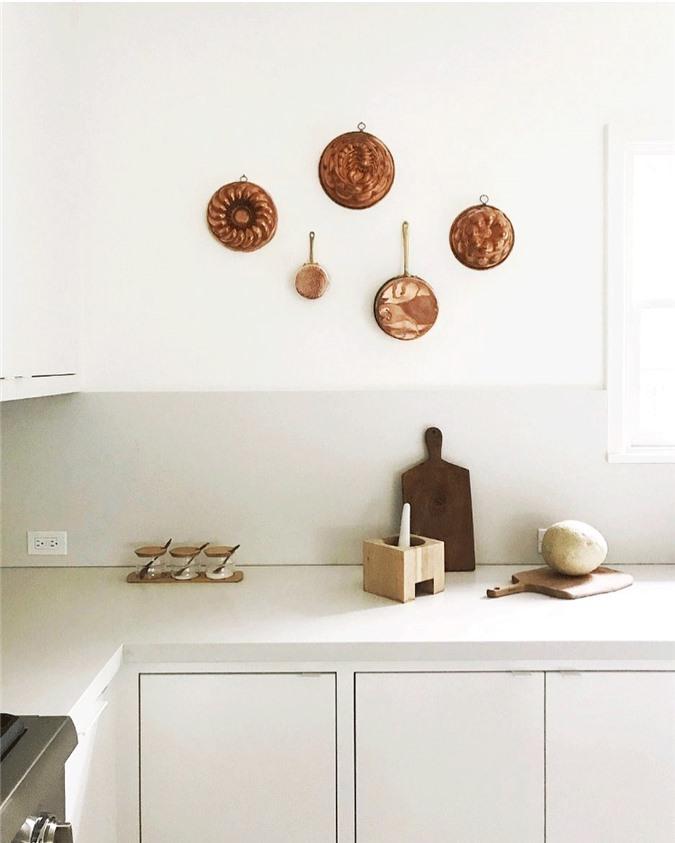 Sự pha trộn của đồ nội thất truyền thống và các thiết bị hiện đại mang lại cho nhà bếp Thụy Điển này một sự cân bằng lành mạnh.