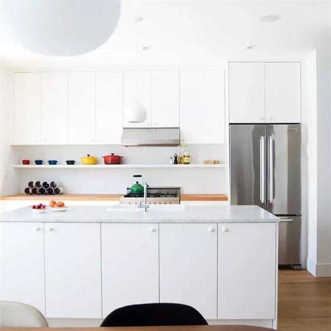 Những bức tường và tủ trắng sạch sẽ hầu như luôn là sự lựa chọn hoàn hảo cho nhà bếp nhỏ. Một bộ sưu tập đẹp của đồ dùng trong nhà bếp này và những bông hoa mới hái thêm một chút phong cách cá nhân.