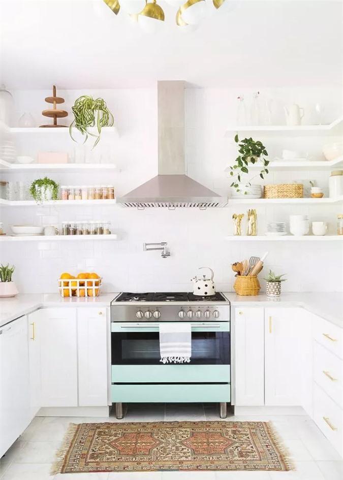 Lớp trên các lớp màu pastel, phần cứng bóng bẩy, quầy đá cẩm thạch trắng, thảm khu vực được yêu thích và cây trồng trong nhà làm cho nhà bếp sáng sủa này đặc biệt độc đáo và vui vẻ.