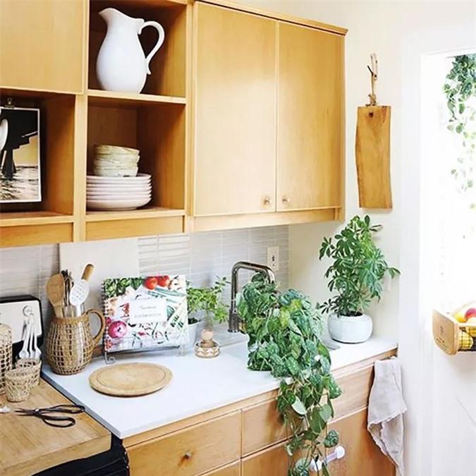 Loại bỏ các cánh cửa tủ tạo cảm giác mở (và kệ mở giả một cách hiệu quả), sử dụng các món ăn xinh xắn và phục vụ như một hoạt động trang trí nhà bếp.