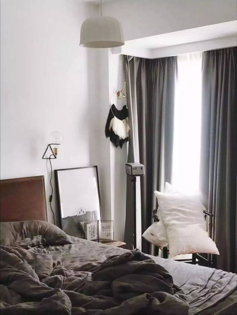 Phòng ngủ ngập tràn ánh nắng tự nhiên nhờ cửa sổ trong suốt