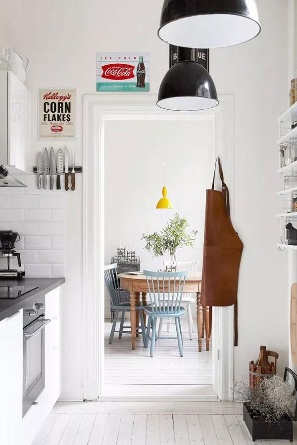 Nhà bếp nhỏ được bài trí giống kiểu nhà bếp thuộc căn hộ cho thuê. Việc đóng tủ kín tạo thêm không gian rộng rãi, trong khi treo tường tạo thêm một chút cá tính.