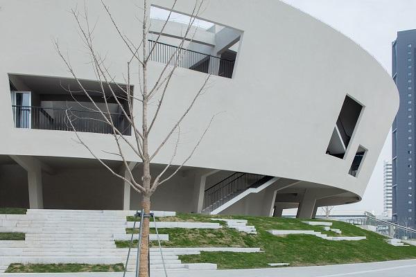 Tường bê tông dày màu trắng là cấu trúc chính có ở trung tâm.