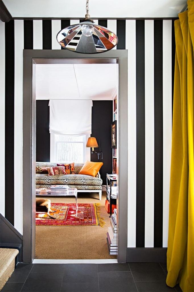 Bạn muốn hành lang trông sinh động hơn? Bạn hãy dùng giấy dán tường kẻ sọc màu đen-trắng hay màu sắc rực rỡ khác.