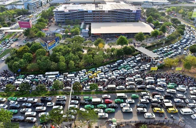 Kẹt xe ở cổng vào sân bay Tân Sơn Nhất. Ảnh tư liệu: Zing