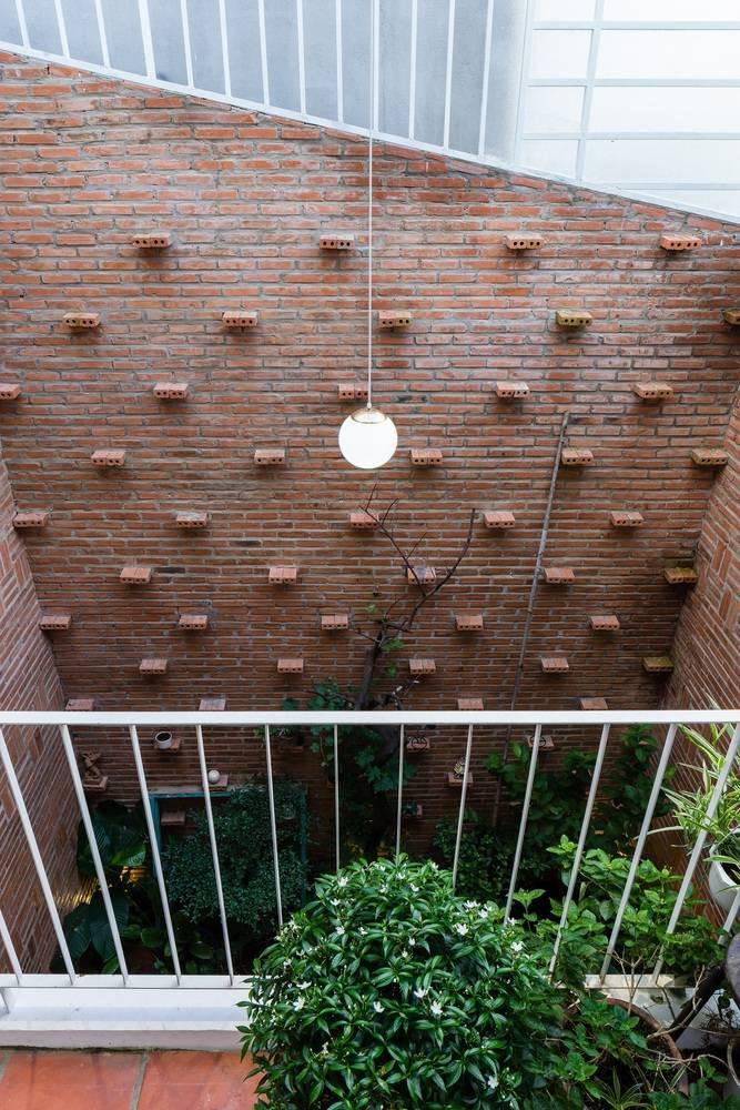 Nhìn từ tầng 2 những kệ đặt cây tựa như những nấc thang di chuyển lên khoảng trời phía trên