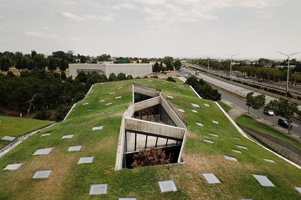 Ở giữa phần mái công trình là các khoảng giếng trời, thiết kế qua các ô lõm đa giác khác nhau